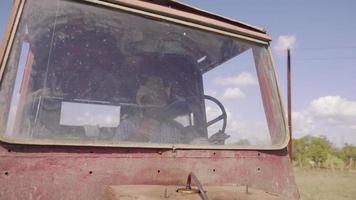 25-agricultor conduciendo tractor yendo a trabajar en el campo video
