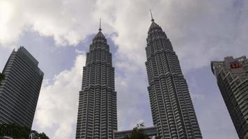 malásia no centro das famosas torres gêmeas petronas panorama kuala lumpur