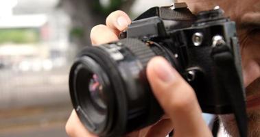 homem fotografando com uma câmera
