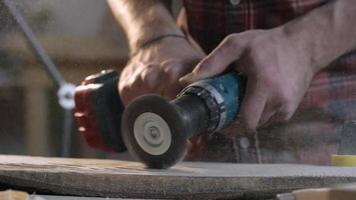 bärtiger Zimmermann, der Holz schleift