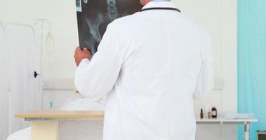 indossare la vista del medico che esamina i raggi x