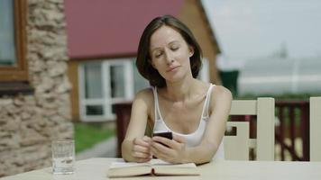 ragazza parla al telefono e legge un libro video