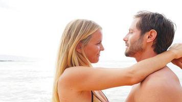 couple étreinte au bord de l'océan