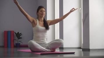 ragazza che esercita yoga, prendendo una posizione di preghiera