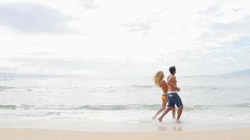 coppia abbraccio in riva al mare video