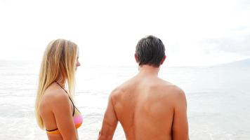 Paar umarmen sich am Meer