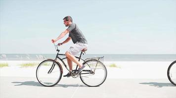 ein paar Fahrrad fahren am Strand