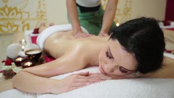 Señora sofisticada con tratamiento de masaje