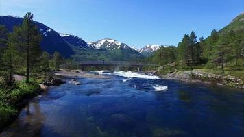 menina assistindo cachoeira na noruega
