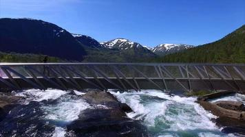 garota na ponte acima da cachoeira