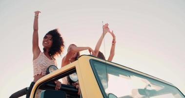 strada inciampando ragazza afro e amici che ballano in spiaggia video