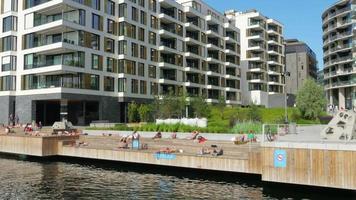 mensen zwemmen in Scandinavische wateren in oslo, noorwegen