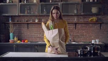 femelle avec de la nourriture dans un sac en papier dans l'appartement video