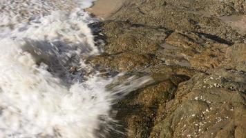 Thailandia estate sole libertà spiaggia roccia onda 4K video