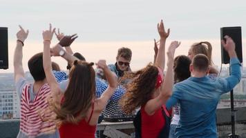 gente diversa de discotecas en la actuación de dj en la azotea