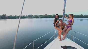 Mann mit Mädchen, die auf der Yacht ruhen. video