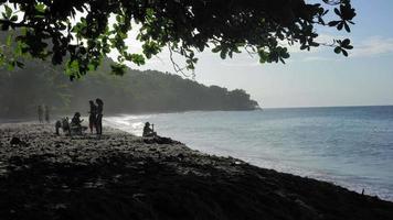 persone che si godono sulla spiaggia, trinidad, trinidad e tobago