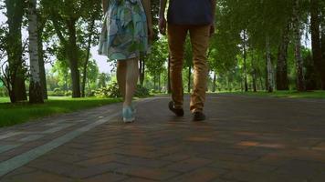 Die Leute sind im Park auf dem richtigen Weg. Blick auf die Füße