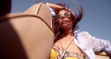 ragazza boho hipster gode di capelli mossi dal vento durante il viaggio estivo