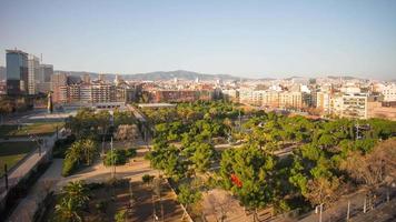 Vista superior de la azotea de luz al atardecer en el parque de joan miro 4k time lapse barcelona
