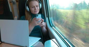ella siempre lleva todos los dispositivos en el viaje