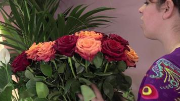 un fleuriste fabrique un bouquet de roses