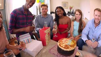 punto di vista colpo di amici che celebrano la festa di compleanno
