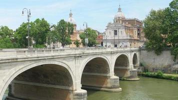 Vista sulla città con birdge in pietra, fiume Tevere, Roma, Italia
