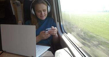 ella nunca se aburre durante el viaje