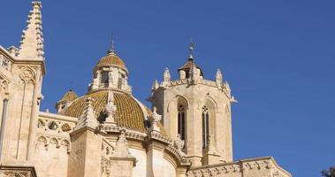 Cattedrale di Tarragona sole luce lato superiore uccello volare 4K