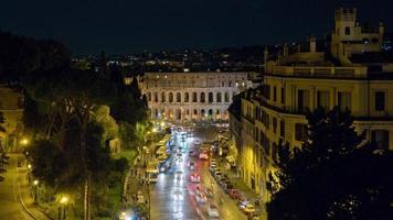 Italia notte altare della patria vista sul tetto punto colosseo traffico strada panorama 4k lasso di tempo