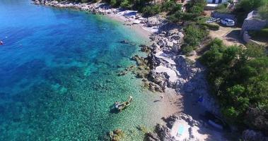 vista aérea de turistas na praia de martinscica, na ilha de cres, croácia