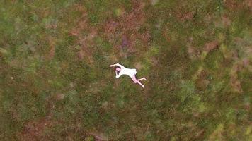 ragazza adolescente in modo boho sdraiato nell'erba