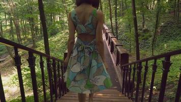 ragazza nella passeggiata forestale e guardando la natura