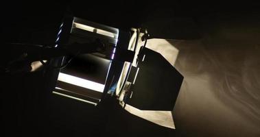 La lampada di fresnel cinematografica si accende da una luce scura a una intensa.