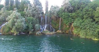 Paar schwimmt an Roski Slap Wasserfällen auf Krka River