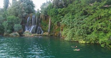 coppia che nuota alle cascate roski slap sul fiume krka video