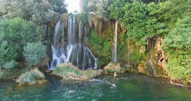 casal relaxando em Roski batendo em cachoeiras no rio Krka