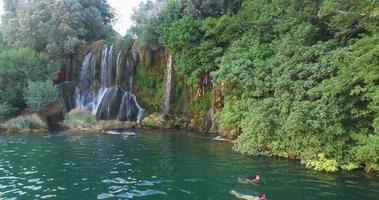 casal nadando em roski tapa cachoeiras no rio Krka video