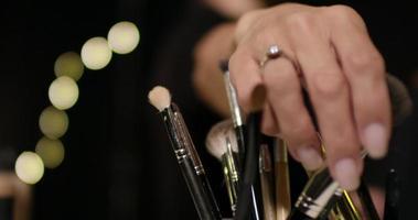 fechar de objetos de maquiagem. video