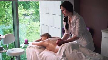 massagista faz massagem menina video
