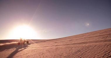 motociclista quad che corre in discesa in una corsa nel deserto