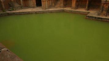 grandangolo inclinazione colpo del grande antico complesso termale nella città di Bath, in Inghilterra, Regno Unito video