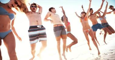 groupe d'amis sautant de joie au bord de la mer