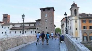 Isla Tiberina, primer asentamiento de la ciudad de Roma, Italia, 4k