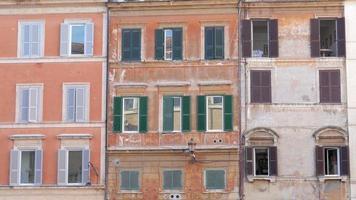vista di vecchi appartamenti a roma italia