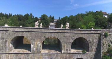 vista aérea da ponte de pedra tounj, croácia video