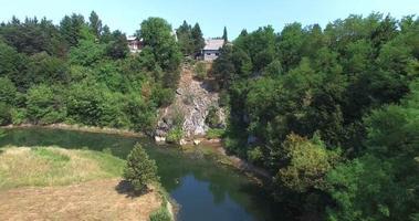 vista aérea da ponte tounj, ponte dupla sobre o rio tounjcica, croácia