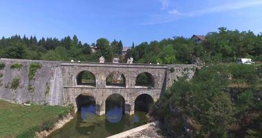 vista aérea da ponte de pedra tounj, croácia