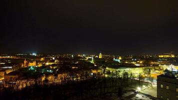 el casco antiguo de vilnius y la torre gediminas, 4k, time-lapse video